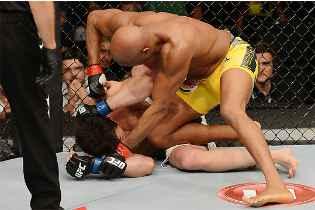Anderson Silva castigou o norte-americano e defendeu o cinturão com sucesso pela 10ª vez (Divulgação/Textual)
