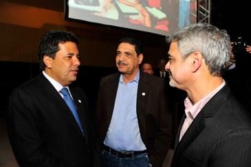 Concorrentes Mendonça Filho, João Paulo e Humberto Costa conversam em evento na noite desta quinta-feira. Foto: Sérgio Figueirêdo/Ag Grão/Divulgação (Sérgio Figueirêdo/Ag Grão/Divulgação)