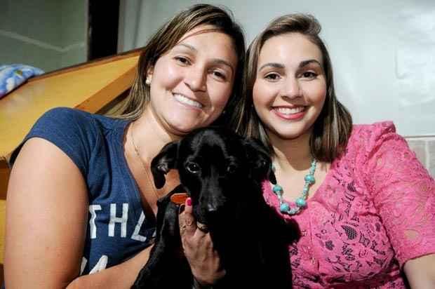 Em parceria, Débora Saito e Flávia Monteiro cuidam da saúde de Thor, vítima de um atropelamento (Foto: Janine Silva/CB/D.A Press)