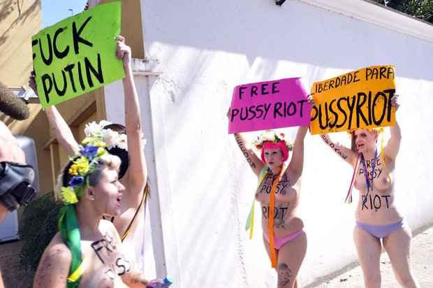 Integrantes do grupo Femen foram presas após protesto a favor da soltura da banda punk Pussy Riot, na frente do Consulado da Rússia, no bairro do Morumbi, em São Paulo. Foto: Cris Faga/AE/AE (Cris Faga/AE/AE)