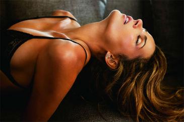 Modelo em pose sensual: orgasmo não está relacionado ao prazer para a britânica que sofre de doença rara (JR Duran/Divulgação)