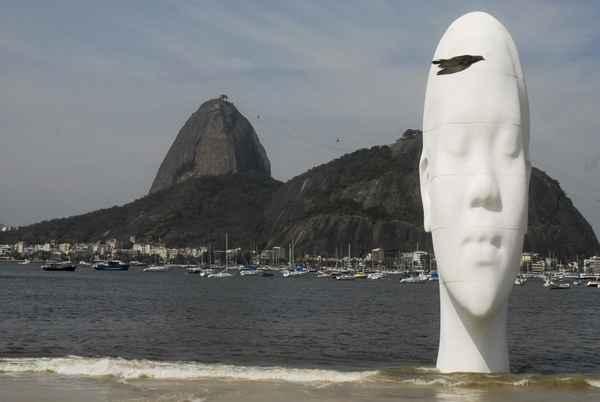 Escultura gigante do espanhol Jaume Plensa erguida na praia. Foto: Tania Rego/ABr