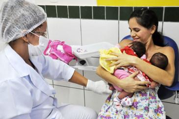 Ana Clara e Any Vitória fizeram nesta quarta-feira o teste do pezinho, o exame do olhinho e da orelhinha. Foto: Fábio Cortez/DN/D.A Press (Fábio Cortez/DN/D.A Press)