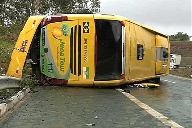 Cinco pessoas da mesma fam�lia morreram em um acidente com um �nibus de turismo, hoje, no quil�metro 03 da BR 101, em Goiana. Foto: TV Clube/Reprodu��o