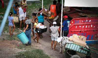 Flagrante mostra catadores recolhendo produtos com a validade vencida, comida estragada e recipientes de produtos químicos  (Hélder tavares/ DP/ D.A.Press)