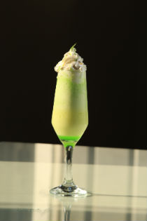 Drinque de ma�� verde, sorvete de creme e chantilly � uma das pedidas no Bogart Caf�  (Bernardo Dantas/ DP/D.A Press)