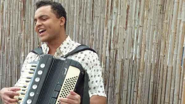 Sanfoneiro Chambinho do Acordeon interpreta Gonzagão na juventude. Foto: Isabel Valiente/Divulgação.