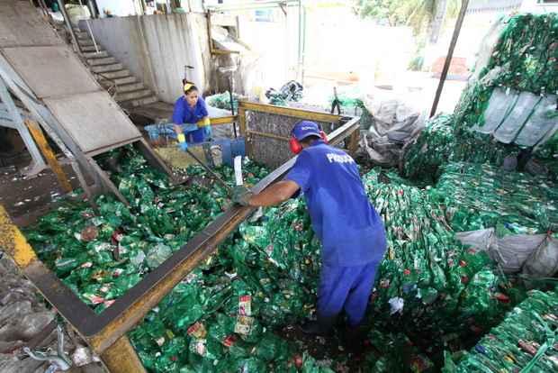 Em Pernambuco, a Frompet é pioneira na reciclagem de embalagens PET. Um trabalho que iniciou em 2010 e hoje responde pelo reaproveitamento de 1,5 mil toneladas/mês (Alcione Ferreira DPD.A Press)