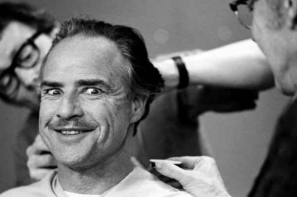 Na foto acima, Marlon Brando � eternizado pelas lentes do fot�grafo nos bastidores da filmagem de