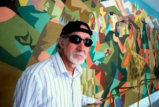 Araújo em frente ao mural do artista Lula Cardoso Ayres no Cine São Luiz. Foto: Nando Chiapetta/ DP/ D.A.Press