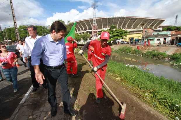 Prefeito acompanha limpeza do canal do Arruda. Foto: Teresa Maia/DP/D.A Press