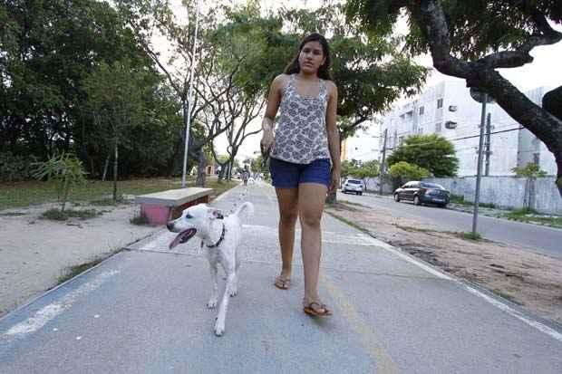Maria Monteiro levou Galego ao veterinário antes de passar a levá-lo para passear na praia. Foto: Ricardo Fernandes/DP/D.A Press