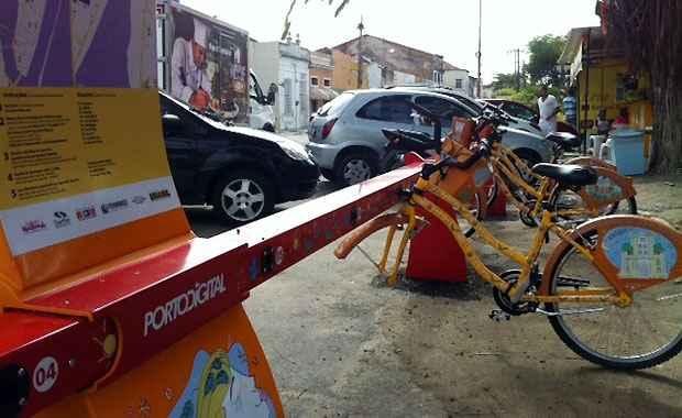Uma das bicicletas do projeto Porto Leve acopladas à Estação Capitão Lima amanheceu sem um dos pneus na manha desta segunda-feira (Foto: Marcela Pereira/Esp DP/D.A Press)