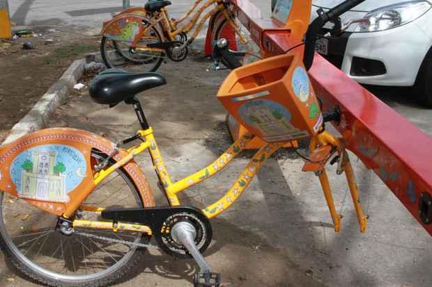 No primeiro fim de semana de implantação do serviço, um pneu de uma das bicicletas da estaçãop da Rua do Lima, em Santo Amaro, foi roubado. Foto: Teresa Maia/DP/D.A.Press