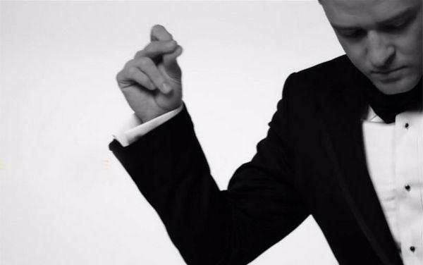 Em gestos e figurino, cantor remete à imagem do ídolo por mais uma vez na carreira. Foto: Reprodução/YouTube