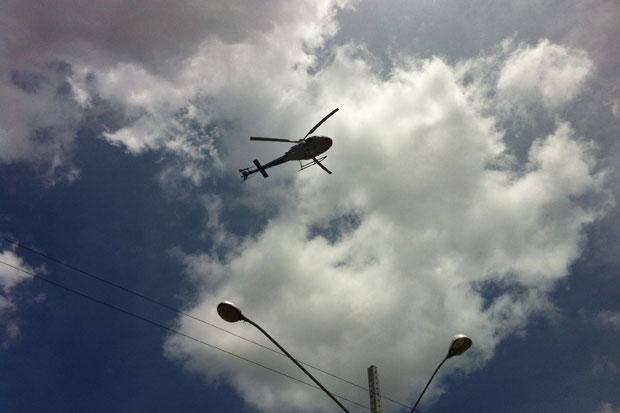 Helicóptero da Secretaria de Defesa Social auxilia nas buscas. Foto: Juliana Cavalcanti/DP/D.A Press