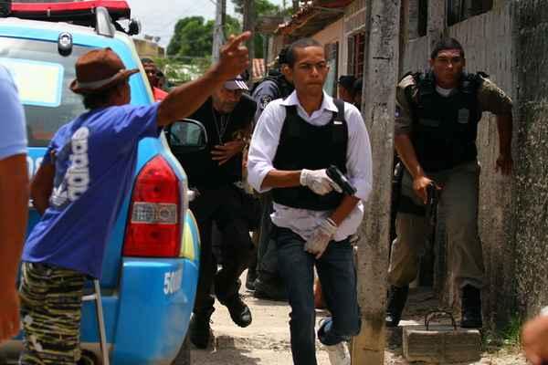 Policiais fazem buscas pela vizinhança do complexo prisional. (Annaclarice Almeida/DP/D.A Press)