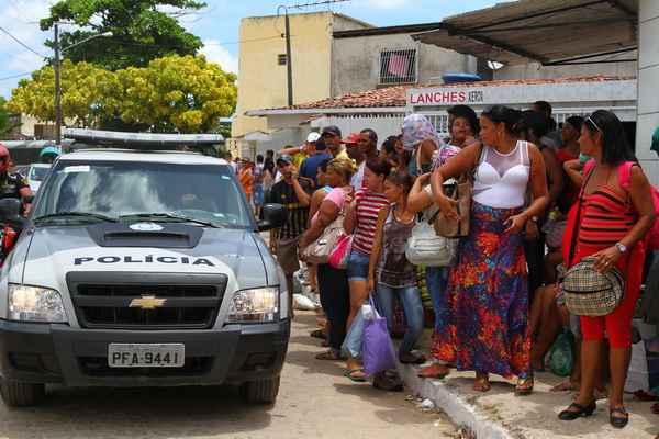 Movimentação da polícia, familiares e vizinhos do presídio por conta do tumulto é grande. Foto:  (Annaclarice Almeida/DP/D.A Press)