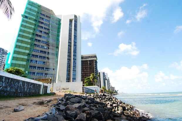 Obras de contenção do avanço do mar na orla de Jaboatão dos Guararapes, que deixarão os 5,8 Km de orla do município com uma média de 40 metros de faixa de areia. Foto: Blenda Souto Maior/DP/D.A Press
