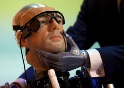 Meyer posa com o homem biônico, no Museu de Ciência. Foto: AFP/Andrew Cowie