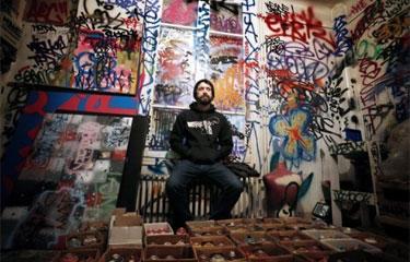 O grafiteiro Herbert Baglione posa em Boulogne-Billancourt, França. Foto: Guillaume Baptiste/AFP Photo
