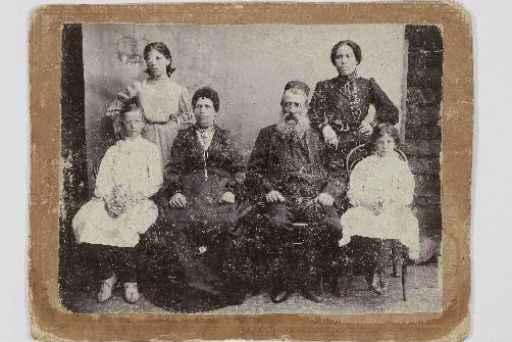 A avó, a mãe (em pé, à direita), e tias de Elisa, Tania e Clarice Lispector. Foto: Arquivo/Elisa Lispector.