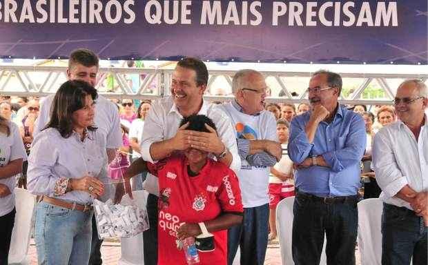 Governador no sorteio das casas do conjunto habitacional de Timbaúba nesta quarta-feira. Foto: Eduardo Braga/SEI   (Eduardo Braga/SEI  )
