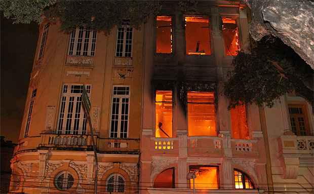 Um incêndio de grandes proporções  destruiu o casarão de número 142 da Rua Marquês de Olinda, no Bairro do Recife (Nando Chiappetta/DP/D. A Press.)