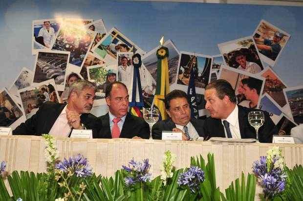 Governador reúne prefeitos, senadores, deputados federais e estaduais, além do ministro Fernando Bezerra Coelho, em Gravatá. Foto: Eduardo Braga/SEI (Eduardo Braga/SEI)