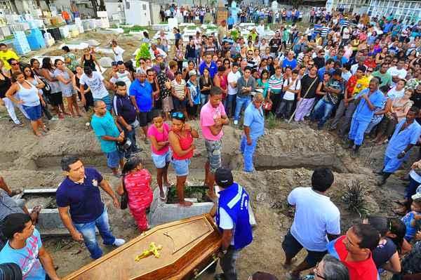 Enterro de Suany Muniz refor�a pedido por Justi�a em Pernambuco. foto: Arthur de Souza/Esp.DP/D.A Press. (Arthur de Souza/Esp.DP/D.A Press.)
