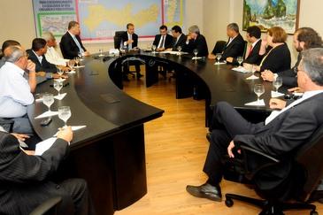 O governador recebeu a comitiva de sindicalistas e representantes dos trabalhadores na sede provisória do governo (Raul Buarque/SEI/Divulgação)