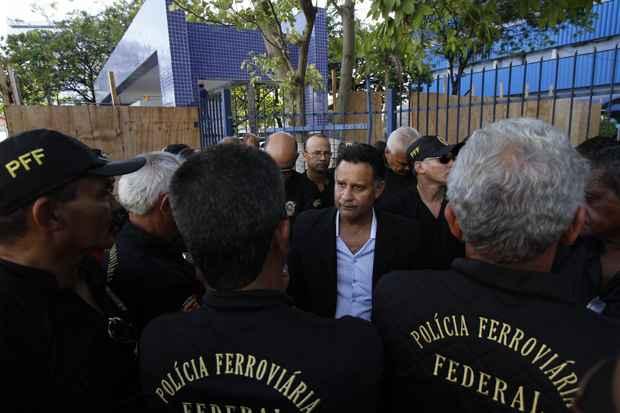 De acordo com a Polícia Federal, todos foram presos temporariamente, sendo 20 deles em flagrante por porte ilegal de armas e usurpação de função pública. Foto: Blenda Souto Maior/DP/D.A Press