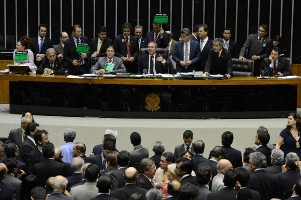 Depois de uma sessão tensa entre parlamentares de estados produtores de petróleo e não produtores, o Congresso Nacional votou os 140 vetos da presidenta Dilma Rousseff ao projeto de lei que trata das novas regras de distribuição dos royalties do petróleo. Foto: Fábio Rodrigues Pozzebom/ABr