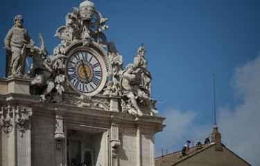 Bombeiros do Vaticano instalam chaminé em cima da Capela Sistina. Foto: Filippo Monteforte/ AFP Photo (Filippo Monteforte/ AFP Photo)