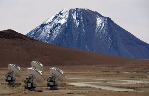 Antenas do radiotelescópio ALMA posicionadas na planície Chajnantor, deserto do Atacama. Foto: AFP/Martin Bernetti