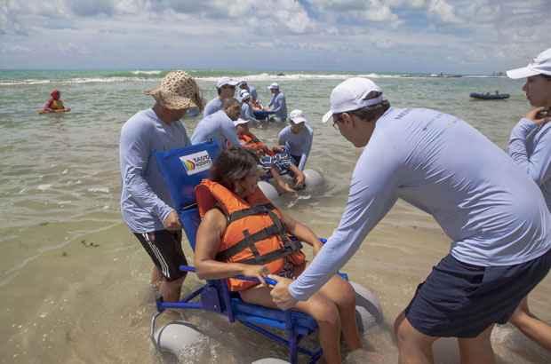 Banho assistido nas �guas da praia de Boa Viagem. Foto: Secretaria de Turismo/Divulga��o