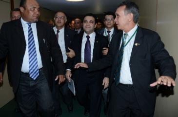 Marco Feliciano teve que ser escoltado por seguranças para de deslocar na Câmara dos Deputados. Foto: Fabio Rodrigues Pozzebom/ABr (Fabio Rodrigues Pozzebom/ABr)