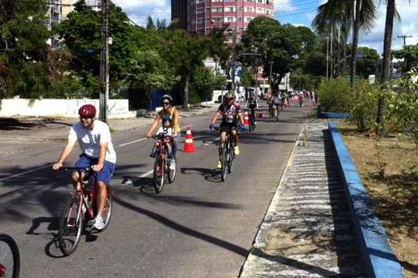 Avenida Mário Melo recebe fluxo intenso. Foto: Wagner Oliveira/DP/D.A Press