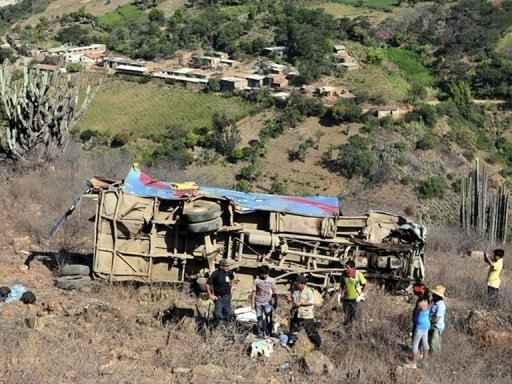 Ônibus caído em precipício no Peru. Foto: AFP.