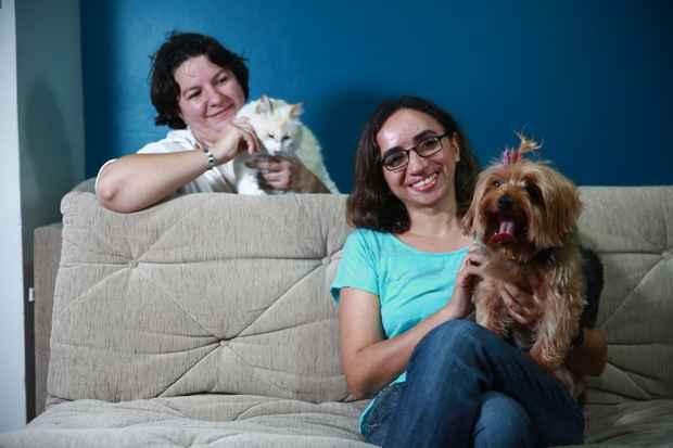 Ana e Ver�nica precisaram criar estrat�gias para que os pets se adaptassem ao novo ambiente. Foto: Bernardo Dantas/DP/D.A Press