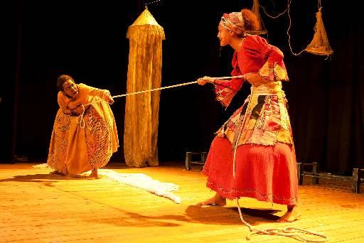 Irmãs que têm suas vidas transformadas pela chegada de um forasteiro. Foto: Mariano Czarnobai/Divulgaçao.