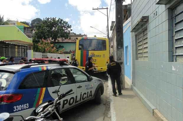 Peritos e policiais militares observam o �nibus envolvido no acidente. Foto:Wagner Oliveira/DP/D.A.press