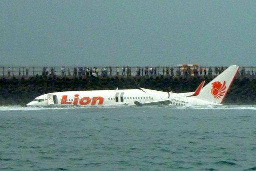 Boeing 737, após derrapar na pista. Foto: Karna Surya Putra/AFP.
