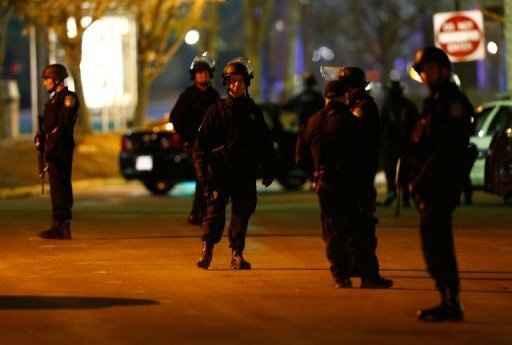 Policiais reunidos durante operação na cidade de Watertown. Foto: Jared Wickerham/  Getty Images/AFP