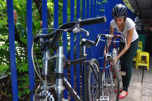 A falta de bicicletários leva os usuários a amarrarem suas bikes em grades ou em postes. Foto: Bruna Monteiro Esp.DP/D.A Press