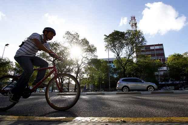 criação de ciclofaixas e corredores exclusivos de ônibus pode ser possível com medidas simples que dispensam grandes investimentos. Foto: Ricardo Fernandes/DP/D.A Press