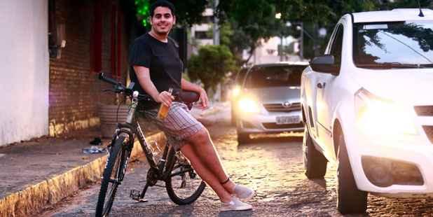 Pethrus Cavalcanti, 20, já pedalou depois de beber, mas diz nunca ter estado bêbado ao pedal. Foto: Bernardo Dantas/DP/D.A Press