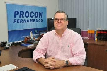 O coordenador geral do Procon-PE, José Rangel, lembra da importância de se atentar para os detalhes antes de fechar contrato. Foto: Julio Jacobina/DP/D.A Press