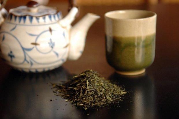 Chá-verde: depois que recebe a adição de leveduras elaboradas especialmente para este fim, a bebida fermenta e dá origem a uma película medicinal a ser aplicada sobre a pele. Foto: Zuleika de Souza/CB/D.A Press