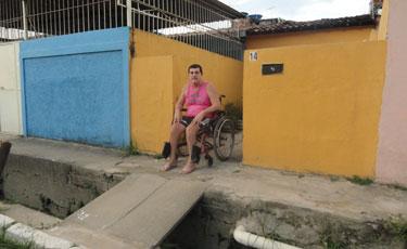 José Roberto, 52 anos, teve que mandar construir a sua própria calçada para garantir a acessibilidade. Foto: Mariana Fabrício/Esp.DP/D.A Press